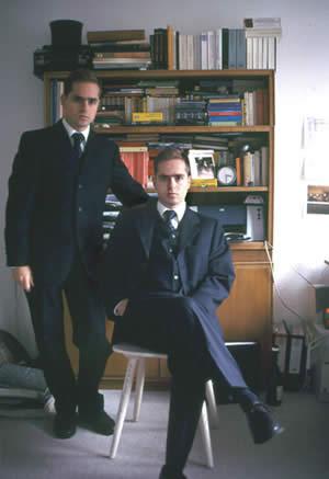 Edmond und Jules vor den Büchern, die sie in ihrem Salon aufbewahren.